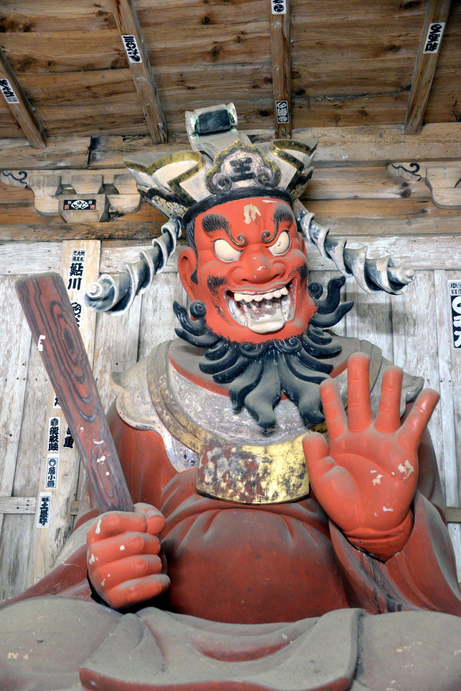 高さ約2.5mの大きな閻魔像。豪快に笑っているように見える。