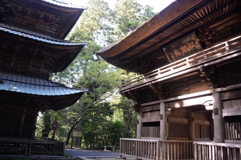 明応元年(1492)築の楼門と三重塔、本堂厨子の3つが国の重要文化財