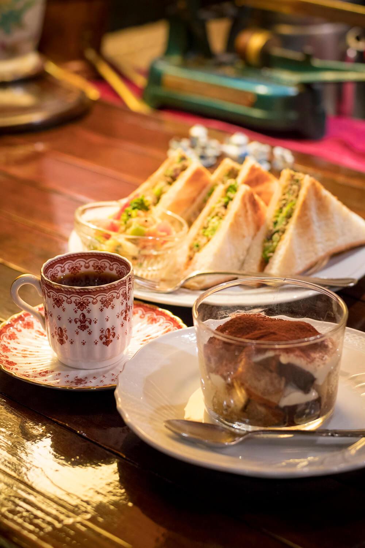 珈琲屋さんのティラミス650円、サバと野菜のカレーパンのコーヒーセット1200円。
