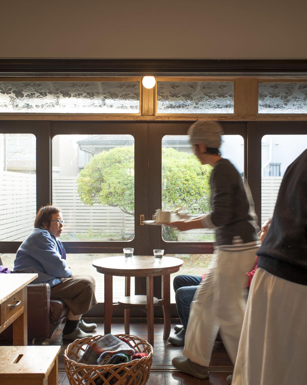 庭のツツジは店の象徴。カフェスペースには「TUTUJI CAFE」という愛称が付いている。