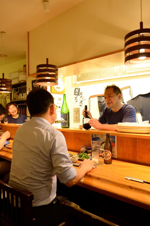 料理に合う日本酒も丁寧に教えてくれる店主。