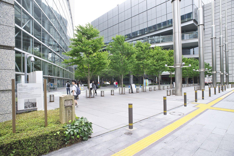 東京国際フォーラム前。この地には明治27年(1894)から1991年まで東京府・都庁舎があった。