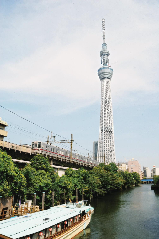 北十間川(きたじゅっけんがわ)と東武鉄道の風景に東京スカイツリーが加わった向島・押上の新しい風景。