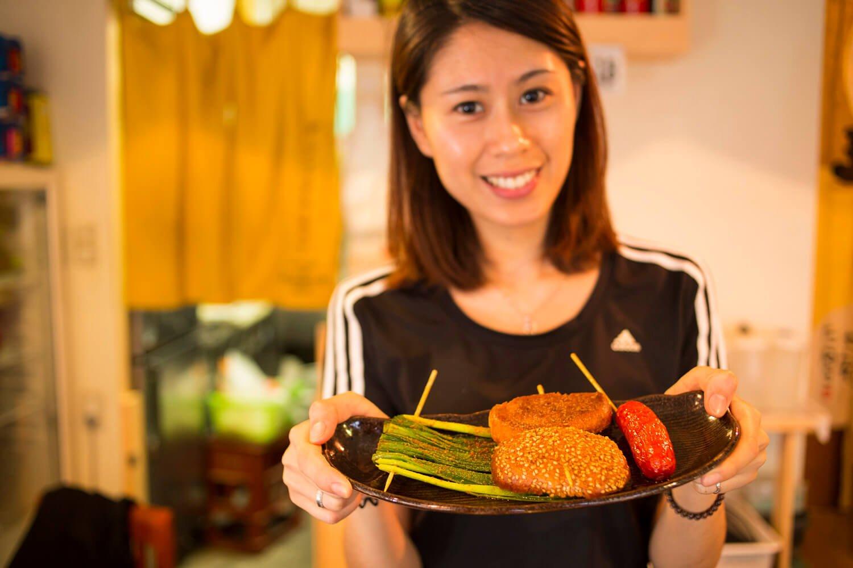 陳さん。おすすめの烧烤(シァォ カァォ)の注文は3串から。