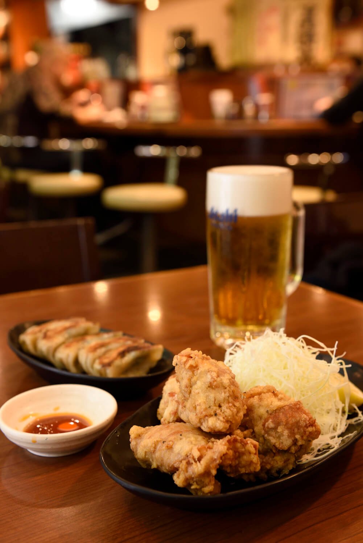 鶏カラ420円が名物。ワンコインセット500円はドリンク+鶏カラ2個or 日替わりおつまみとお得。