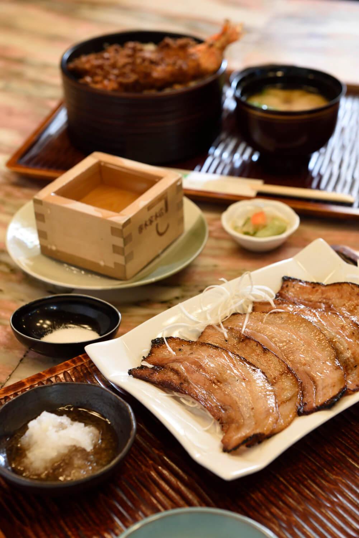 炙りチャーシュー800円、天丼1100円を肴にます酒600円で一献。