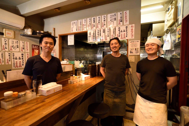 (左から)店主の幸田啓さん、地元の友人でもある竹村皓太さん、藤ヶ森幹樹さんが店を盛り立てる。