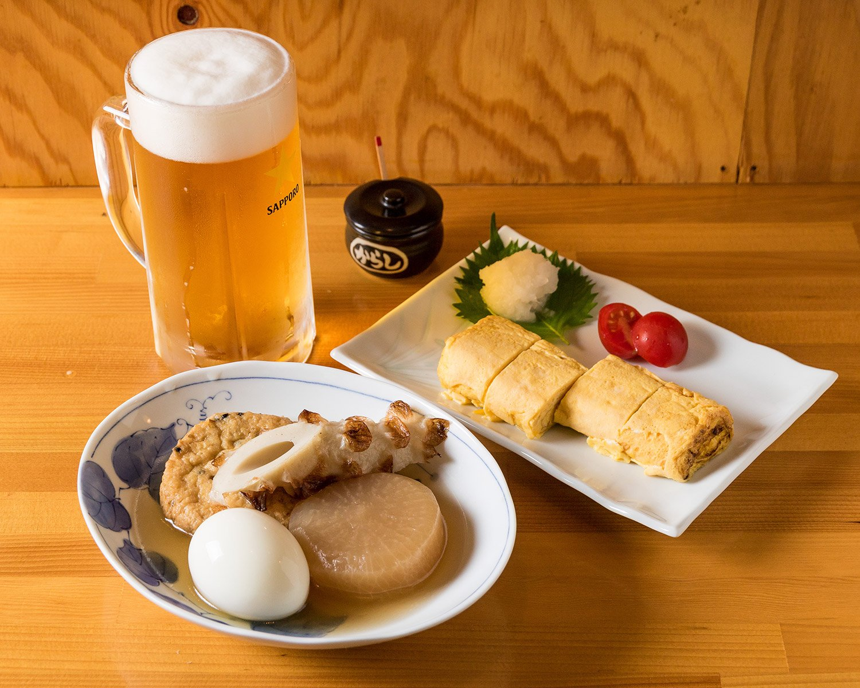 おでん4点盛り600円は店の看板メニュー。たまご焼き500円などのおふくろの味は生ビール500円によく合う。