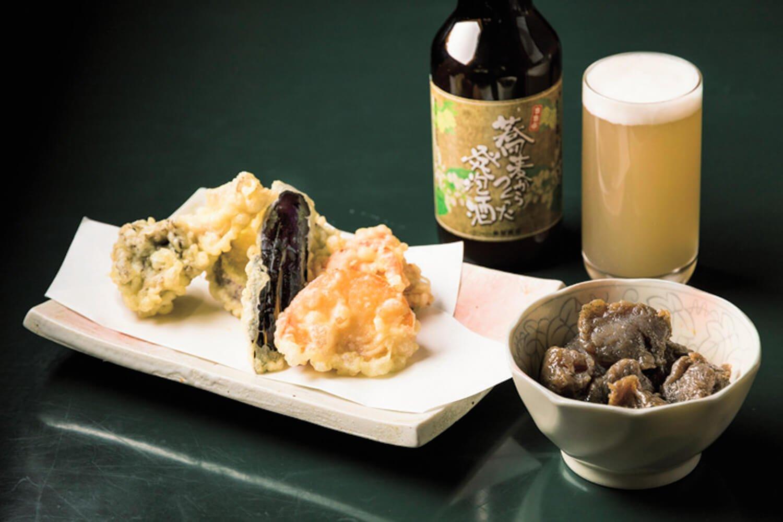 野菜の天ぷら(6品)720円と秩父こんにゃくのピリ辛炒め350円。地元の「蕎麦からつくった発泡酒」650円は白濁していて爽やかな味わい。