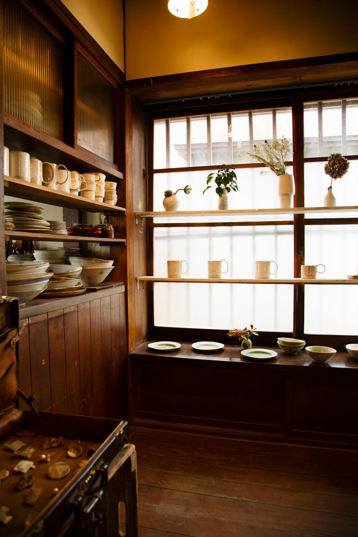 カップ、大皿、花瓶など、林さんの作品が所狭しと並ぶ。