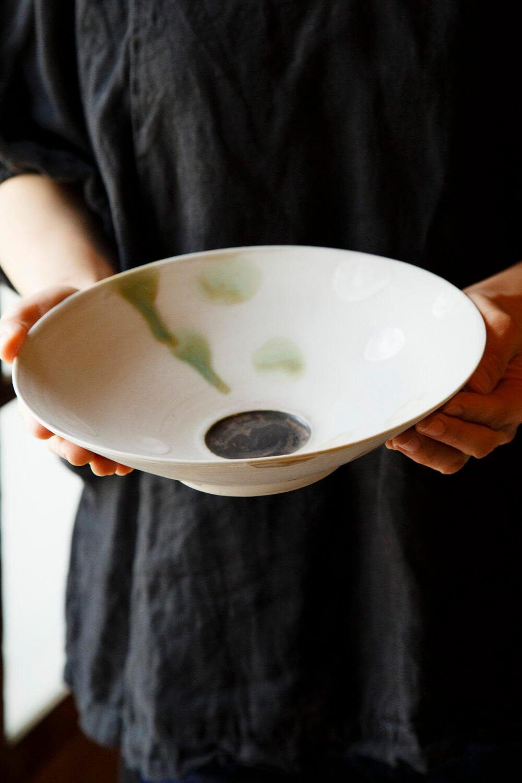 「ヌガー」8800円は使い勝手のいい大ぶりの浅鉢。