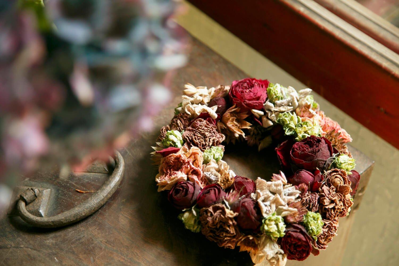 生花を自然乾燥させて実験的に作ったリース。