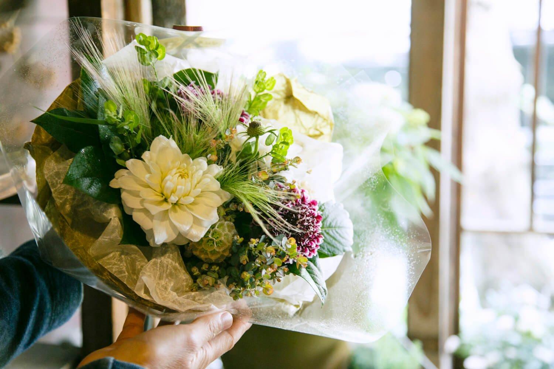 花束は3000円~オーダー可。ダリアやスカビオサの間から顔を出すジュパタムが印象的。