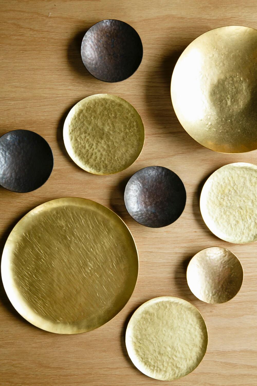 多用途に使える真鍮(しんちゅう)製の満月皿1100~3630円。