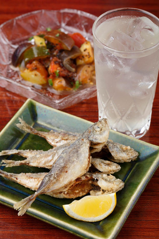 今日の一品は、豆アジとペッパーキャビアの唐揚げ、ラタトゥイユ。共に600円。仏手柑酒ソーダ割600円。