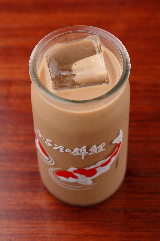 痺れるチャイ(アイス)500円。痺れの素はネパールの山椒。茶葉はアッサム、甘みは黒糖とキビ砂糖で。