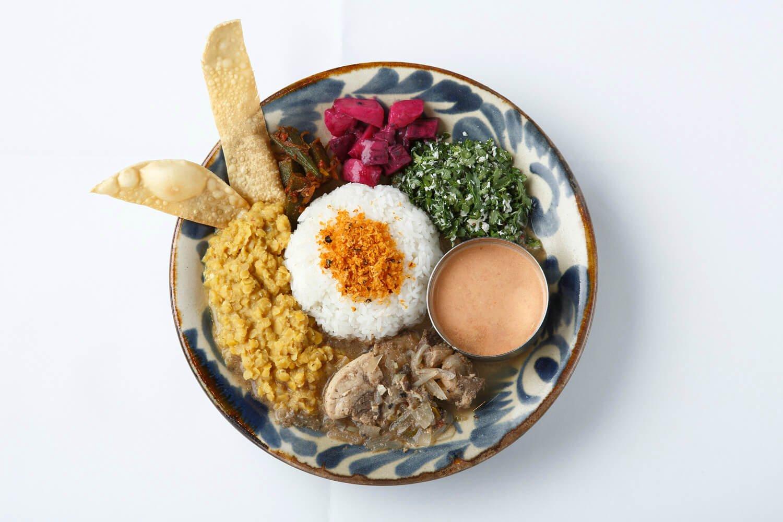 スリランカプレート(本日のカレー)1650円。カレーと総菜がご飯を囲み、皆で支え合っているプレート。