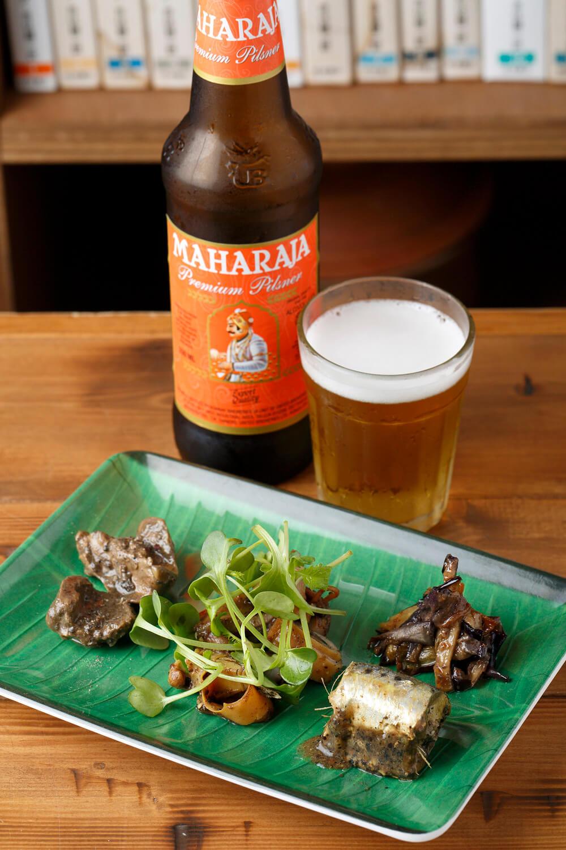 スリランカ前菜盛り1100円とインドのビール880円。ワインや果実酒も充実。