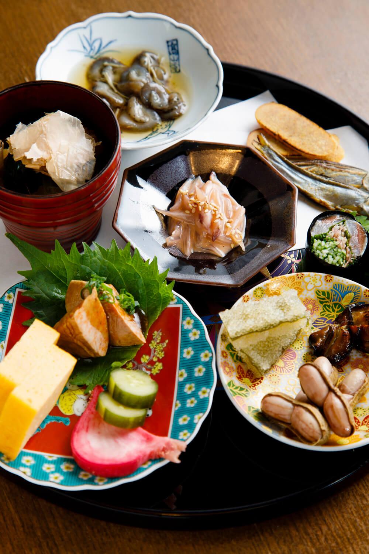 イカ軟骨の塩辛(中央)など11~12種の肴が彩るちびり盛り合せ1706円