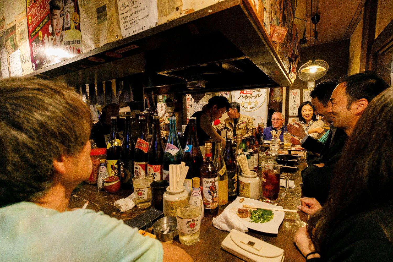 中央の男性が向山さん。常連も新規も大歓迎の楽しい店。