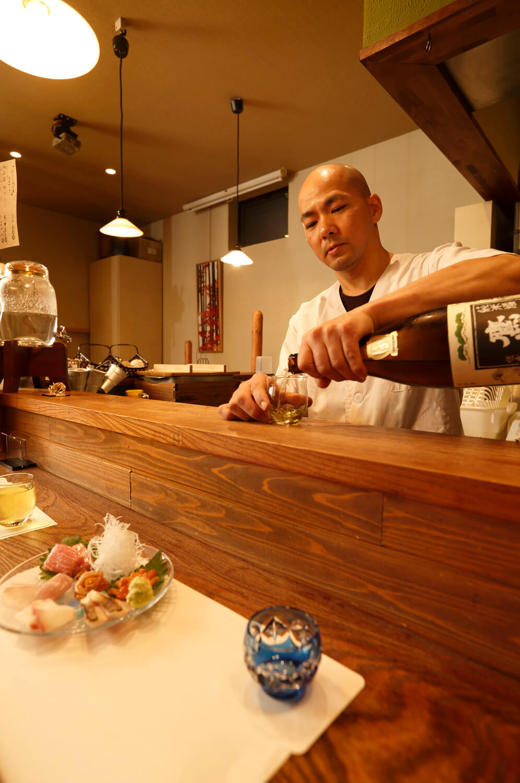 坂本さん夫婦で切り盛り。地酒は常時11種ほど。