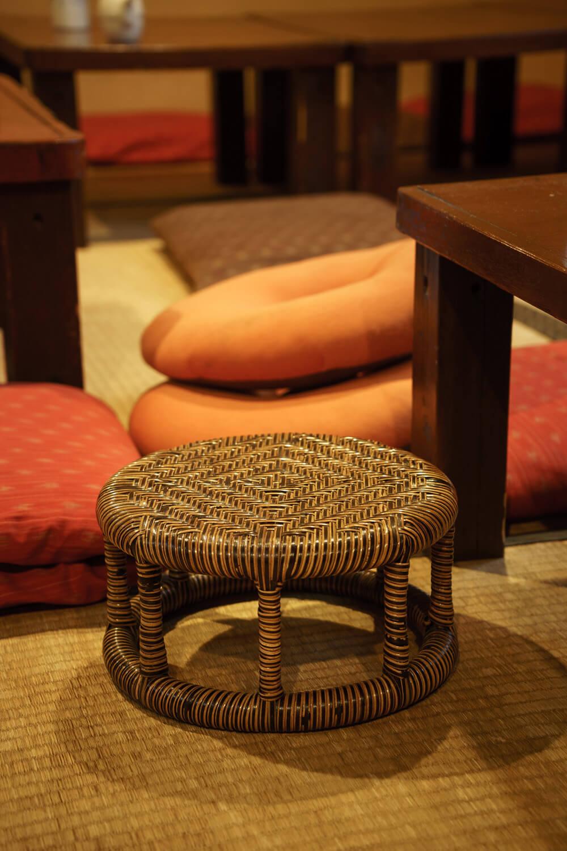 膝や腰に優しい籐製の丸椅子も。