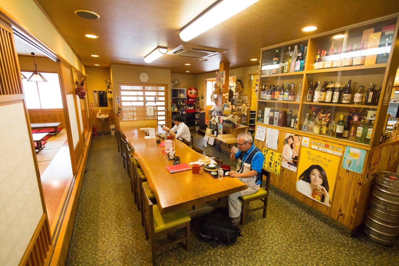 小上がりもある店内。酒や一品料理も豊富。