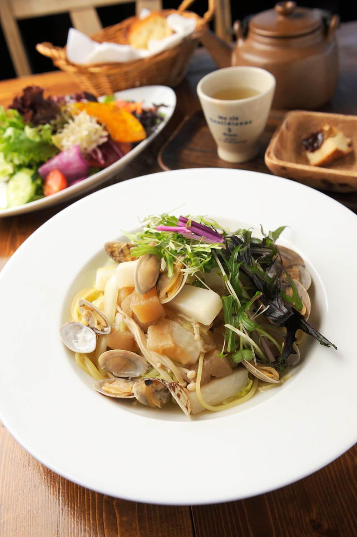 お昼ごはんセット1250円は、ウェルカムティー、サラダ、選べる週替わりのメイン(写真は大根、白菜、あさりのパスタ、バゲット付き)、ドリンク付き。