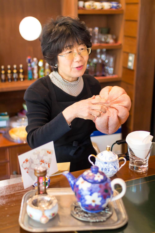 ポットにかぶせるティーコゼは関谷さんの着物を知人の工芸作家がリメイク。「いろんなお客さんに助けられています」。