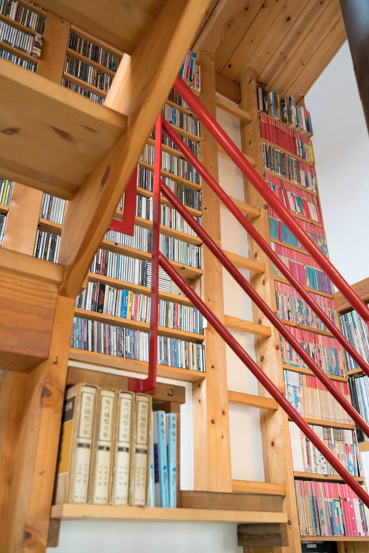 中2階へ至る階段脇には、ロック、ジャズ、クラシックのレコードがぎっしり。