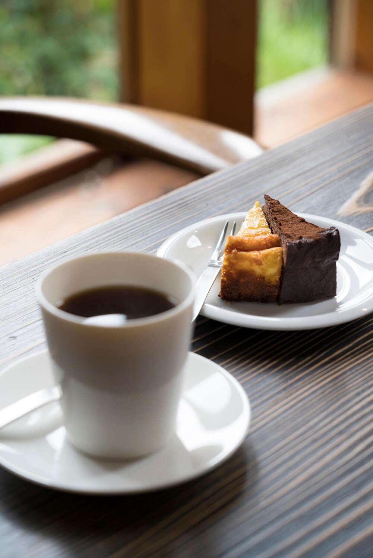 ケーキセット700円のケーキはチーズとチョコの2種。
