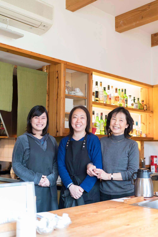 左から娘の直さん、スタッフの和美さん、徳枝ママ。