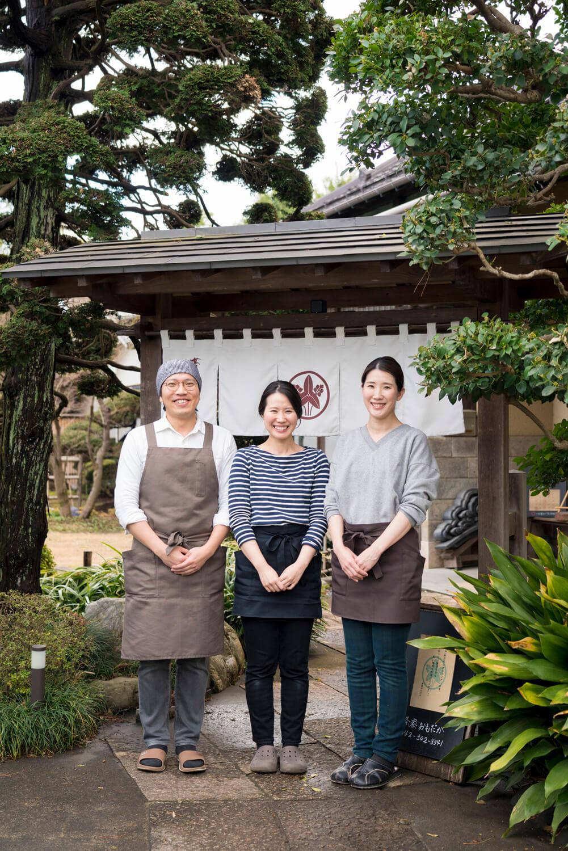 左から、申さんと直子さん夫妻と、姉の木村怜子さん。