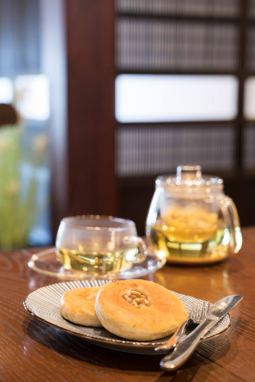 ホットク600円と菊花茶500円。