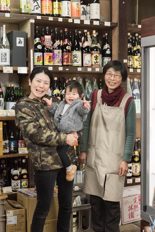 隣の佐々木酒店は今も親戚が営む。「店で扱う日本酒は佐々木酒店と相談して決めます」と直子さん(左)。