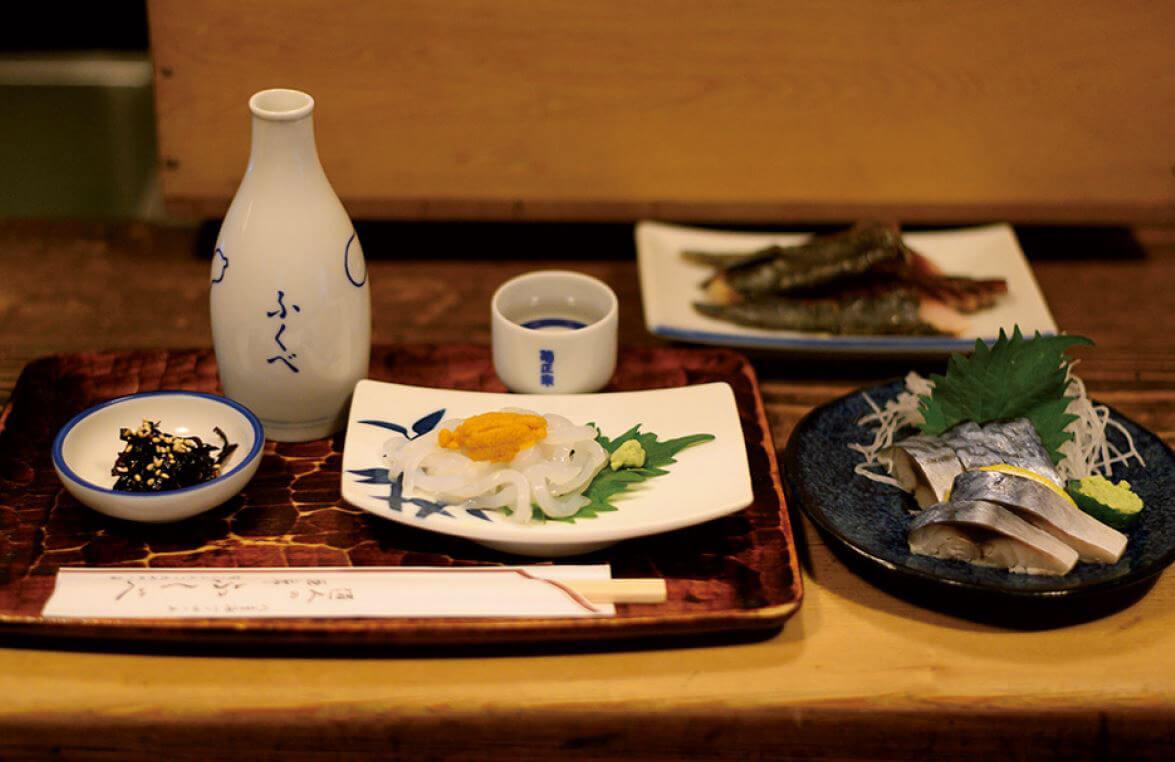 いかうに1045円、しめ鯖770円、新島産くさや770円など肴は日本酒に合うものばかり。