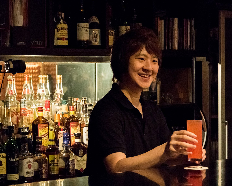 店長を務める西澤昇平さん。この若きビートルズファンが提供するのは質の良いライブサウンドとおいしいお酒だ。
