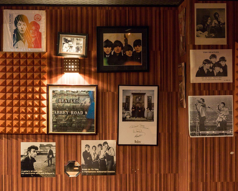 ビートルズ愛が伝わってくる店内には、若き日のビートルズの写真などファンなら思わず眺めたくなる品々が飾られている。
