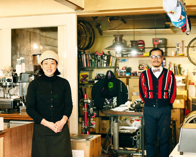 カフェ担当のナツキさんと、自転車一筋でデザインもするヨシダさん。
