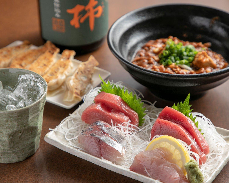 刺身盛合せ1人前1650円~、餃子5個660円。芋焼酎熟柿(じゅくし)1100円。