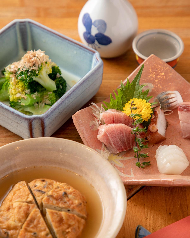 天然ブリなど豊洲から仕入れる鮮魚が並ぶ刺身盛合せ1人前1400円。日本酒の竹葉850円。