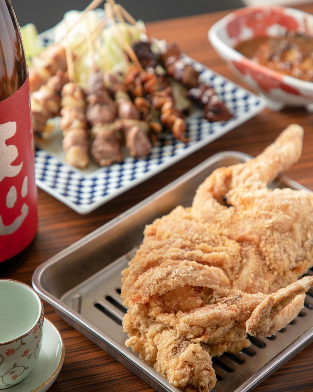 新名物として考案した豪唐揚げ1650円は鶏の半身を豪快に揚げる。福岡の地酒・天心純米吟醸935円。