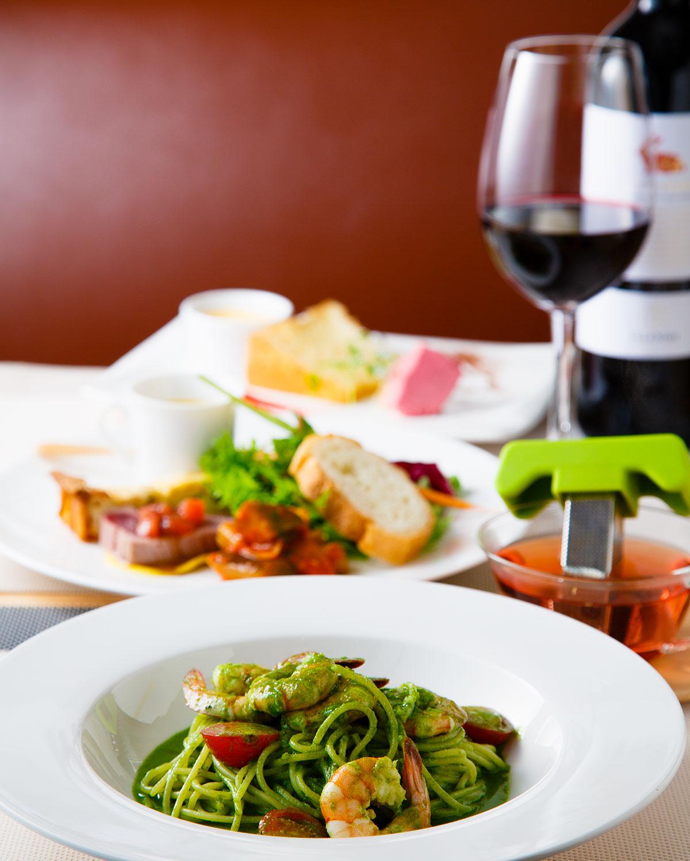デザート付きのランチセット1580円(税別)、前菜盛り合わせと日替わりパスタかリゾットを選ぶ。ドリンク付き。