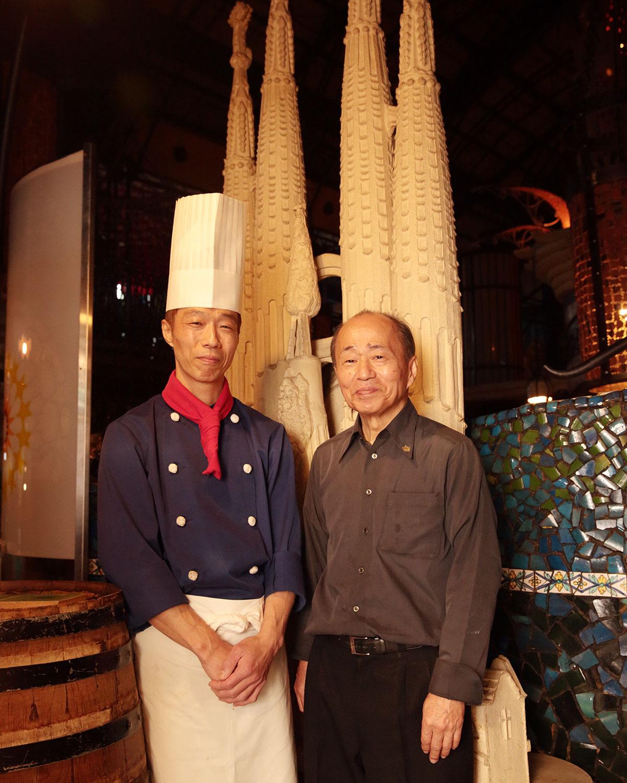 村田さん(右)と料理長の田中亘さん。