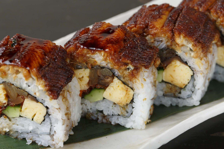 食べやすく切り、竹皮で包むあなごたっぷり太巻2500円(タレ付き)は、おみやげに喜ばれる。