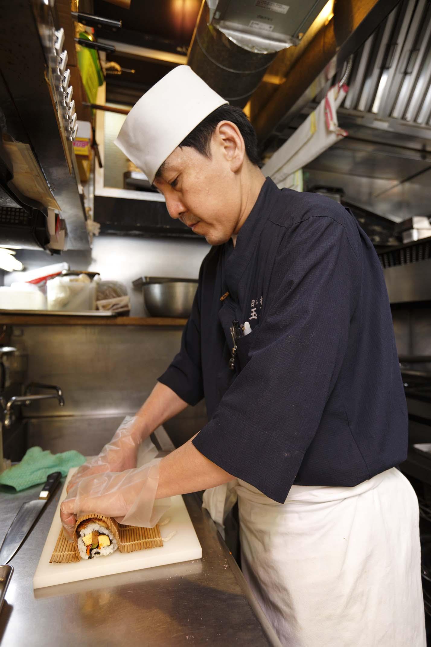 締め加減を重要視する、江戸前寿司職人。