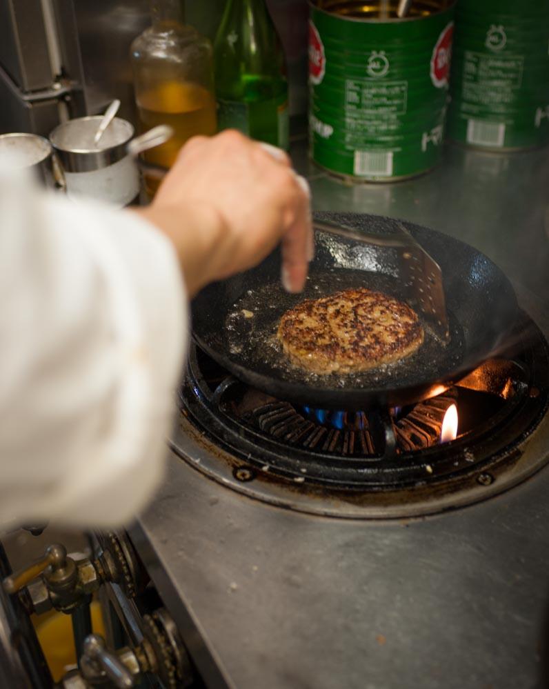 客席まで、肉を焼く香ばしさが漂う。