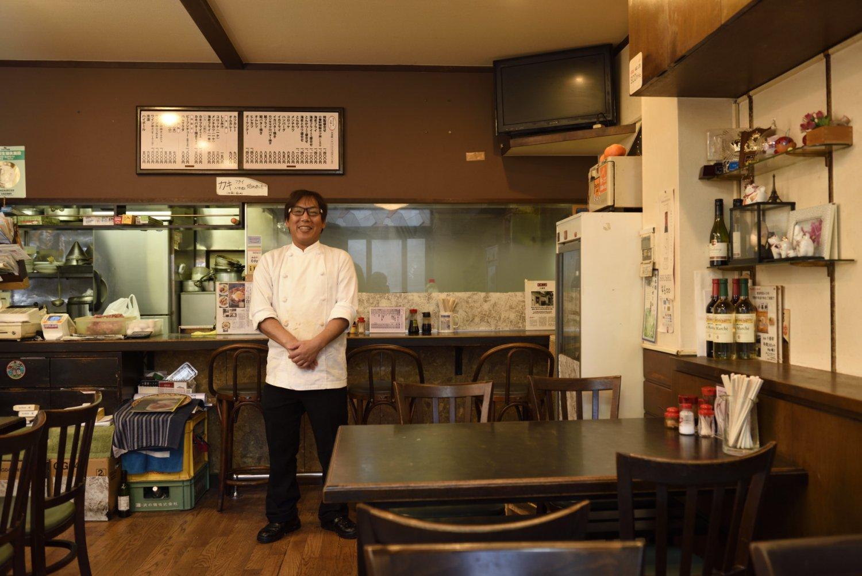 「特製盛合せにハマるお客さんは多いですよ」と、4代目の小嶋祐二さん。