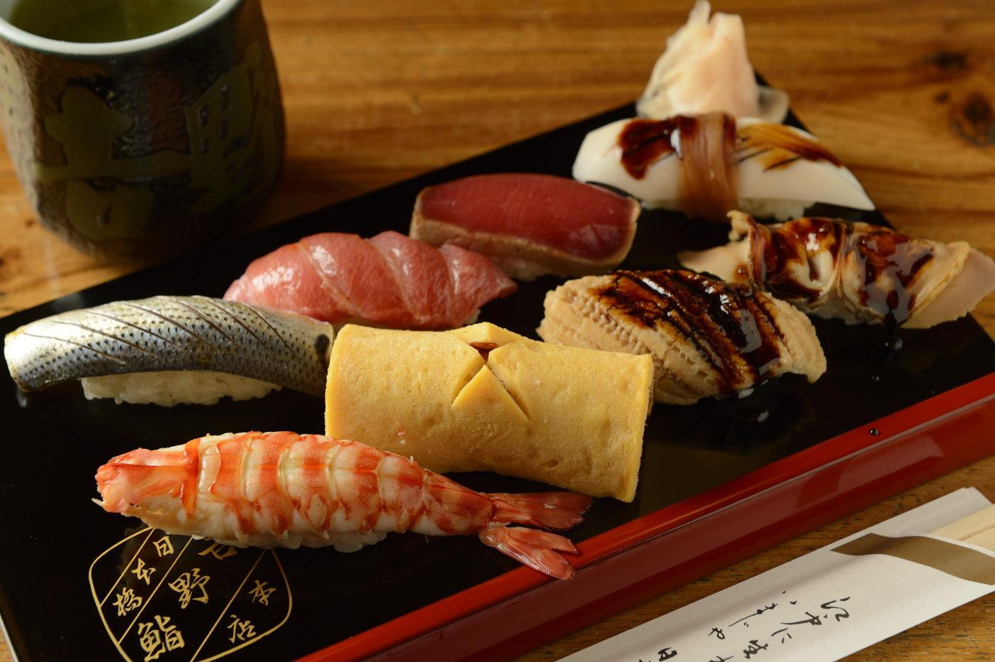 アナゴ330円やコハダ330円ほか江戸前の仕事が入った握り。シャリが辛めで、ガリも鮮烈な辛さ!