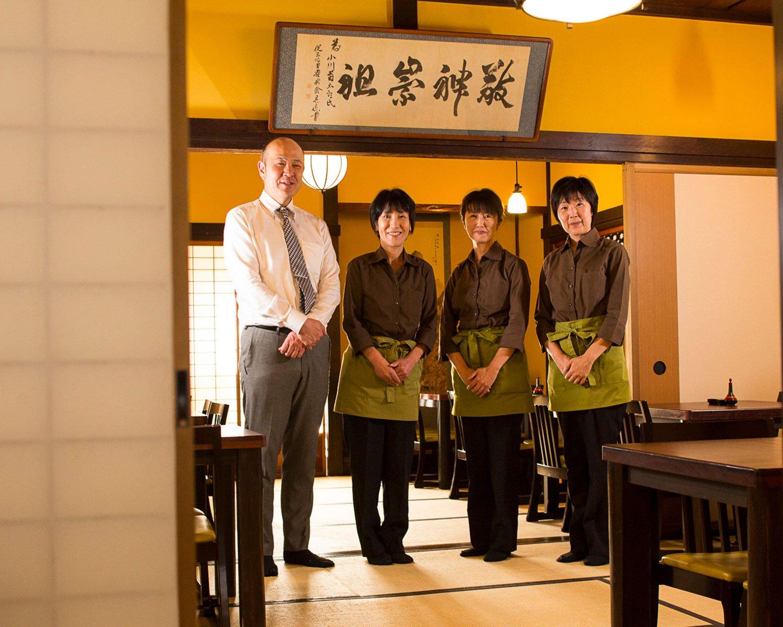 総支配人小野里さん(左)とスタッフ。丁寧な接客で迎えてくれる。